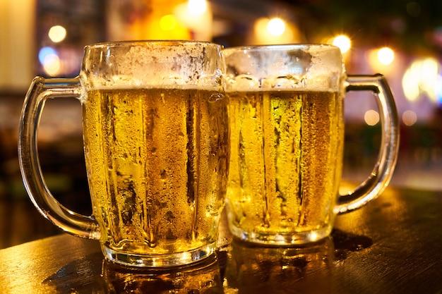 Deux chopes de bière Photo Premium
