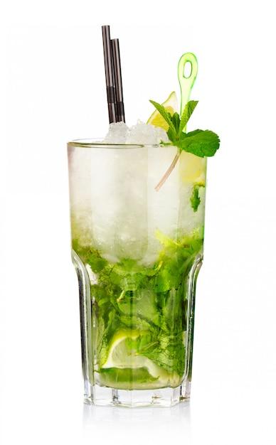 Deux cocktails mojito aux fruits de fraise et citron vert isolés Photo Premium