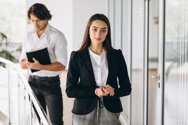 Deux collègues travaillant dans un centre d'affaires Photo gratuit