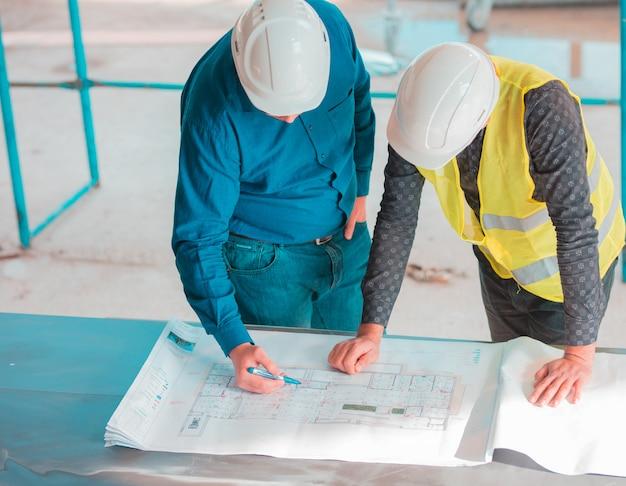 Deux collègues travaillant sur un projet. Photo gratuit