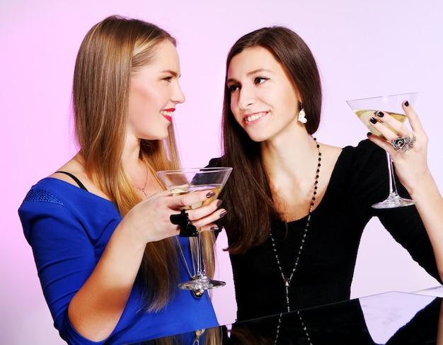 Deux Copines Gaies Avec Des Cocktails Colorés Photo gratuit