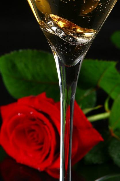 Deux coupes de champagne et rose Photo gratuit