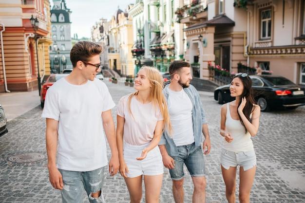 Deux Couples Marchent Dans La Rue Photo Premium