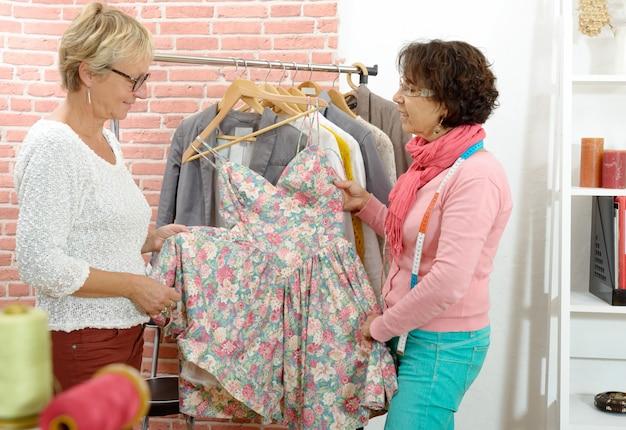 Deux Couturière Regarde Une Belle Robe Photo Premium