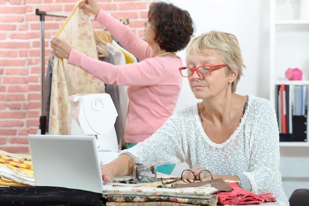 Deux Couturières Gaies Travaillant Ensemble Dans Leur Atelier Photo Premium