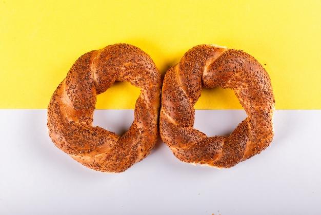 Deux Délicieux Bagels Turcs Sur Table Photo gratuit