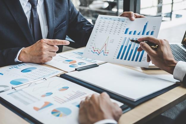 Deux Dirigeants Discutent Des Statistiques Financières Relatives Au Succès Des Projets De Croissance De L'entreprise Photo Premium