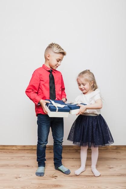 Deux enfants avec boîte actuelle Photo gratuit