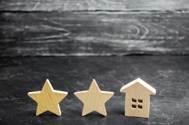 Deux étoiles en bois et une maison. hôtel deux étoiles ou restaurant. examen de la critique. Photo Premium