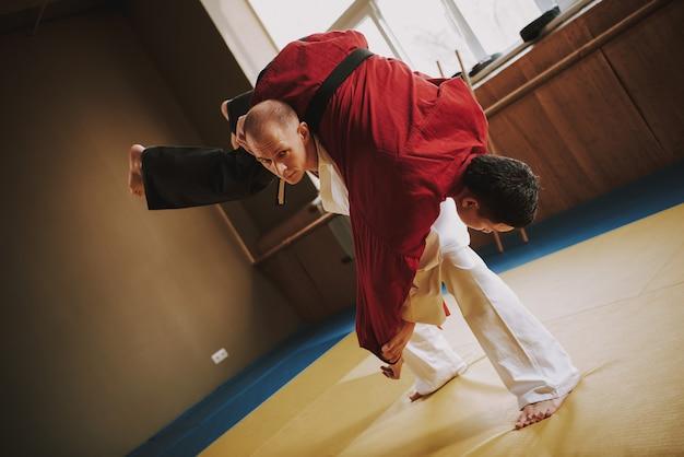 Deux étudiants d'arts martiaux en blanc et rouge. Photo Premium