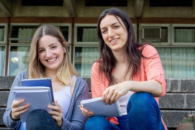 Deux étudiants étudient ensemble à l'extérieur Photo Premium