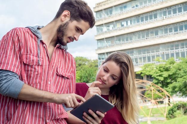 Deux étudiants Universitaires étudient Ensemble à L'extérieur Photo Premium
