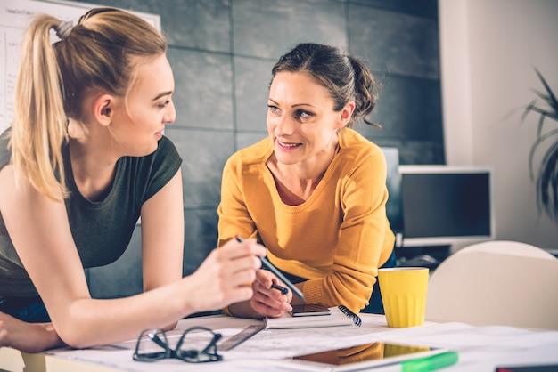 Deux, femme affaires, conversation, dans, bureau Photo Premium