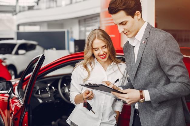 Deux femme élégante dans un salon de voiture Photo gratuit