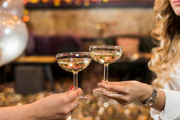 Deux, femme, main, grillage, whisky, à, boîte nuit Photo gratuit