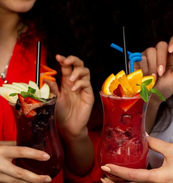Deux, femme, tenue, lunettes, de, cocktails de fruits, à, orange, fraise et pomme, fraise Photo gratuit
