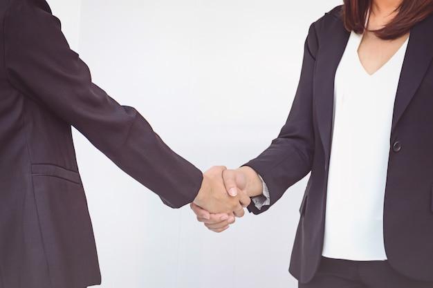 Deux femmes d'affaires se serrant la main Photo Premium