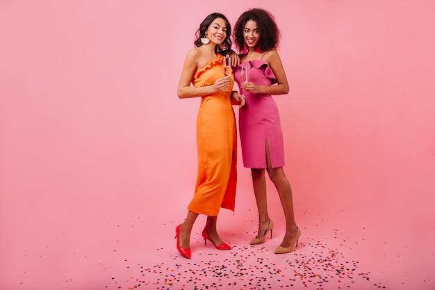 Deux Femmes Debout Sur Des Confettis Sparkle Photo gratuit