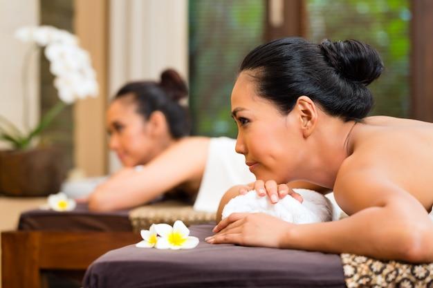 Deux Femmes Indonésiennes Ayant Un Massage Bien-être Photo Premium