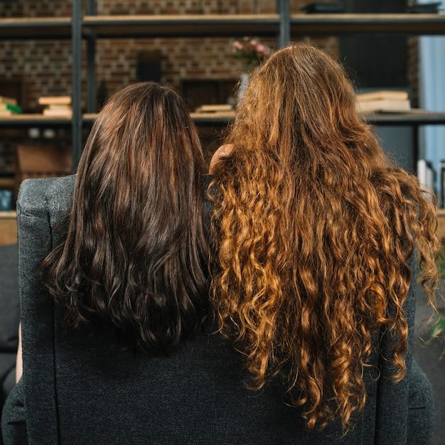 Deux femmes avec de longs cheveux ondulés Photo gratuit