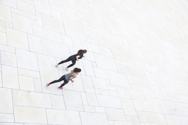 Deux Femmes En Train De Courir Dans La Ville, Vue Aérienne Photo Premium