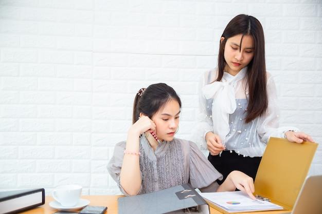 Deux femmes travaillant au bureau Photo gratuit