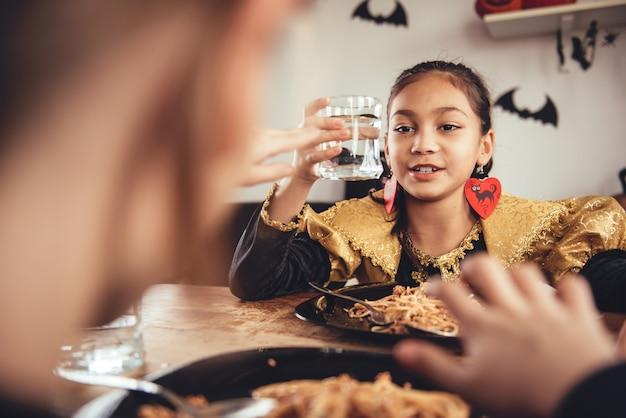 Deux fille en costume en train de déjeuner Photo Premium