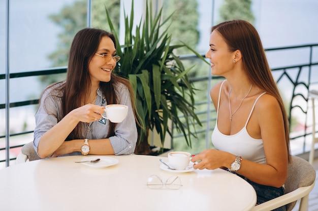 Deux filles au café prendre le thé Photo gratuit