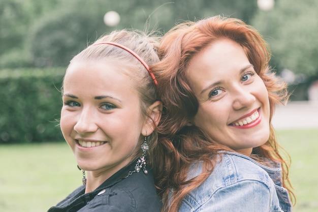 Deux filles au parc de tallinn Photo Premium