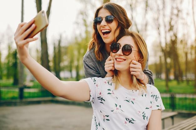 Deux filles dans un parc d'été Photo gratuit