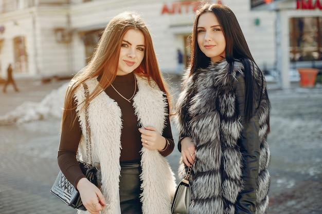 Deux filles dans une ville Photo gratuit