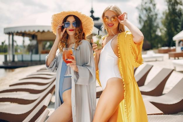Deux filles élégantes sur une station Photo gratuit