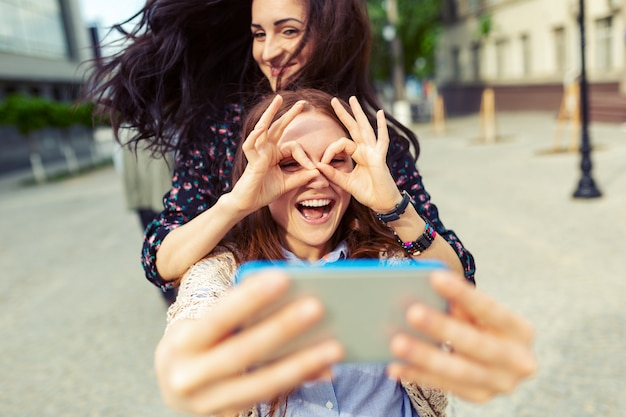 Deux Filles Faisant Selfie Drôle Dans La Rue, S'amuser Ensemble Photo gratuit