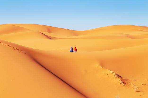 Deux Filles En Foulard Dans Le Désert Du Sahara. Photo Premium