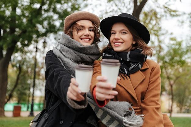 Deux Filles Gaies Vêtues De Vêtements D'automne Photo gratuit