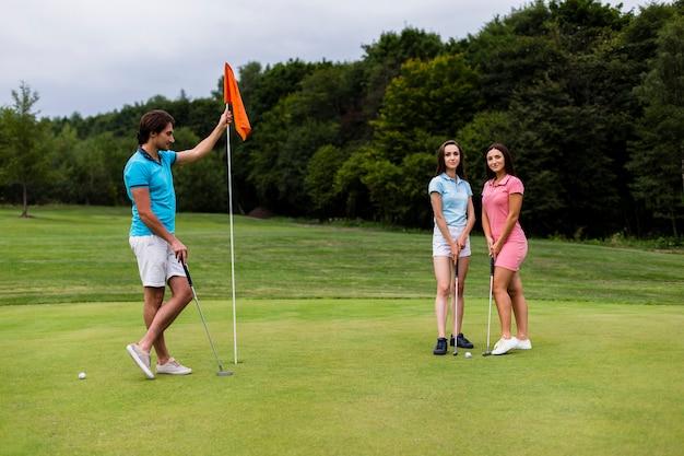 Deux filles et un homme posant pour une photo Photo gratuit