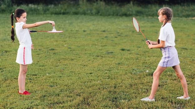 Deux filles jouant au badminton dans le parc Photo gratuit