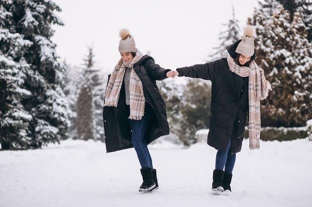 Deux filles jumelles ensemble à winter park Photo gratuit