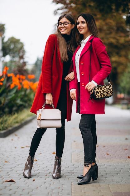 Deux filles en modèles de manteaux rouges Photo gratuit