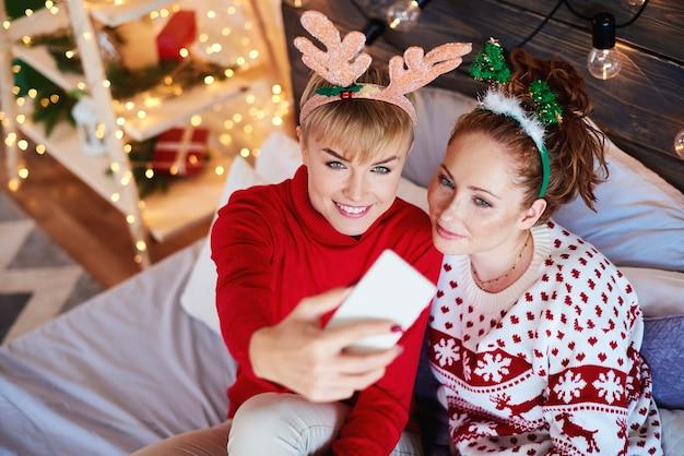 Deux Filles Prenant Selfie Dans La Chambre Photo gratuit