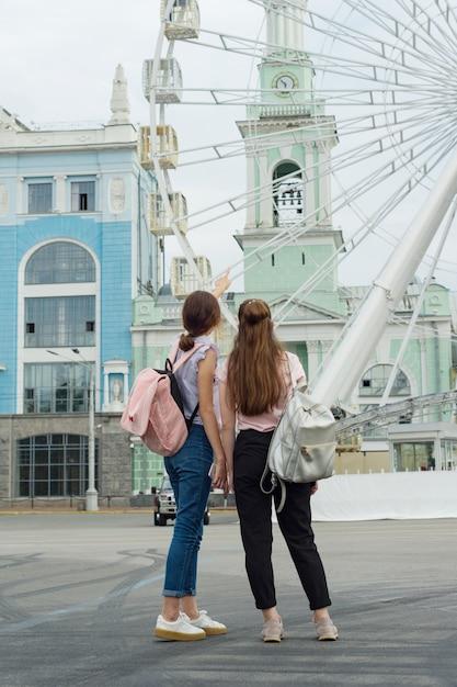 Deux filles regardent la grande roue Photo Premium