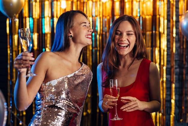 Deux, Filles, Rire, Quoique, Tenue, Coupes Champagne, Amis, Célébrer, Nouvel An, Noël Photo Premium