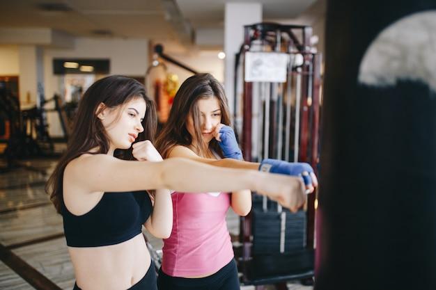 Deux filles sportives dans le gymnase Photo gratuit