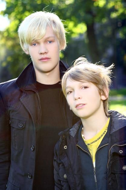 Deux frères se promènent en bonne santé dans le parc Photo gratuit