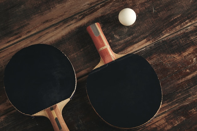 Deux Fusées De Ping-pong Professionnelles Allongées Sur Une Table En Bois Vintage. Photo gratuit