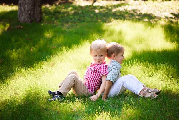 Ces Deux Garçons Sont Les Meilleurs Amis. Amis Pour La Vie. Photo Premium