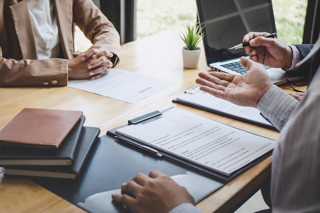 Deux Gestionnaires Lisant Un Curriculum Vitae Pendant Un Entretien D'embauche, Un Employeur Interroge Une Demandeuse D'emploi Photo Premium