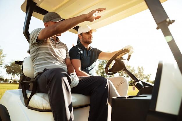 Deux Golfeurs Masculins Photo gratuit