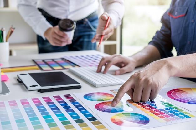 Deux graphistes créatifs travaillant sur la sélection des couleurs et le dessin Photo Premium