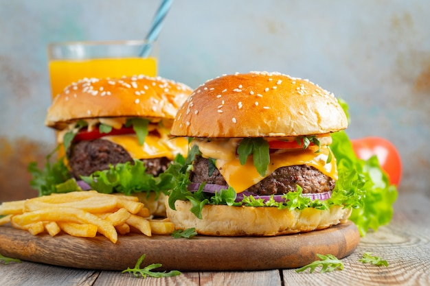 Deux hamburgers faits maison. Photo Premium